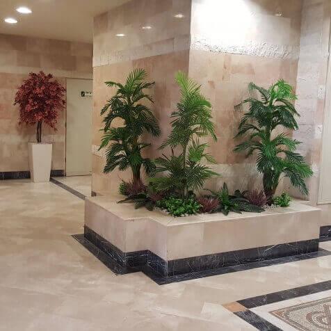 צמחיה מלאכותית בלובי בניין - סחלבים