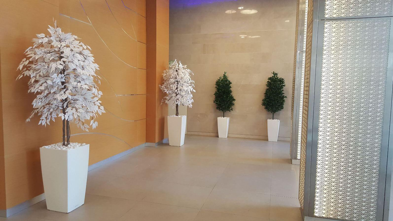 עיצוב לובי בניין משותף בצמחייה מלאכותית בחולון